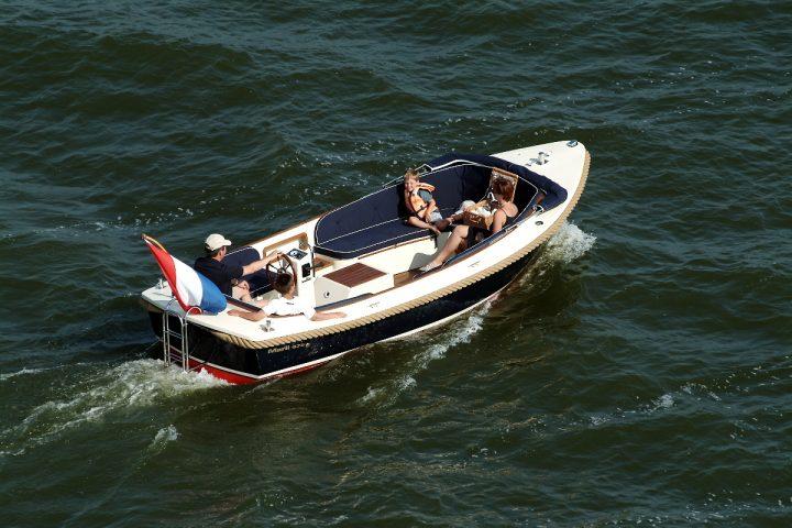 Bootverleih: Tag von 9.00 bis 21.00 Uhr! Bootführerschein Frei!